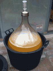 Cider készítése: az elsődleges erjesztésnél ne töltsük tele a ballont.